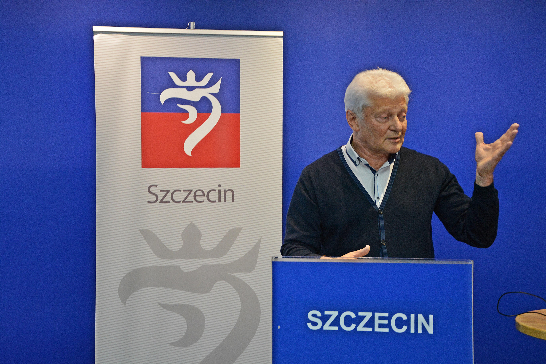 Prof. Bohdan Boguszewski dyrygował nawet na konferencji prasowej